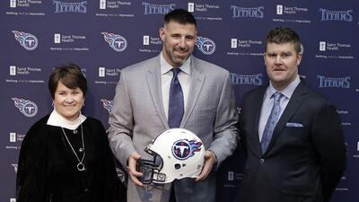 El nuevo entrenador en jefe de los Titanes de Tennessee, Mike Vrabel, po...