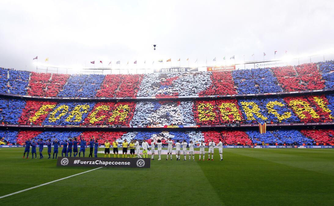 Entre fiesta y luto, el ambiente del clásico Barcelona-Real Madrid AP_16...