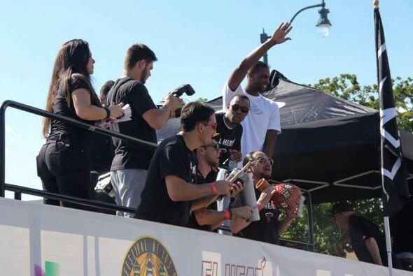 La carroza de los Miami Heat era toda una fiesta!  Tenian musicos, cheer...