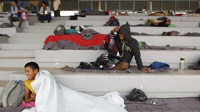 Instalan campamento en un estadio de la Ciudad de México para albergar a los centroamericanos de la caravana