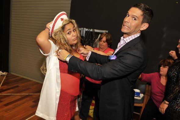 El fashionista, Rodner Figueroa, asesora el vestuario que usan los parti...