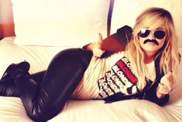 Demi Lovato nos mostró de una manera muy cómica y con el bigote bien pla...