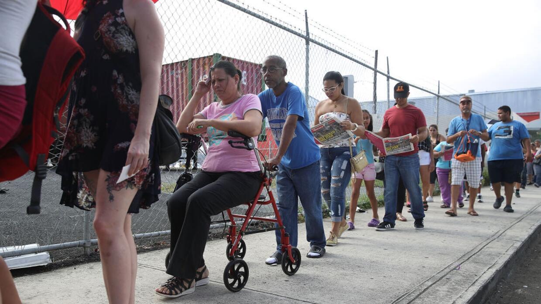 Tras el huracán, una certeza: Puerto Rico es una larga fila de espera. E...
