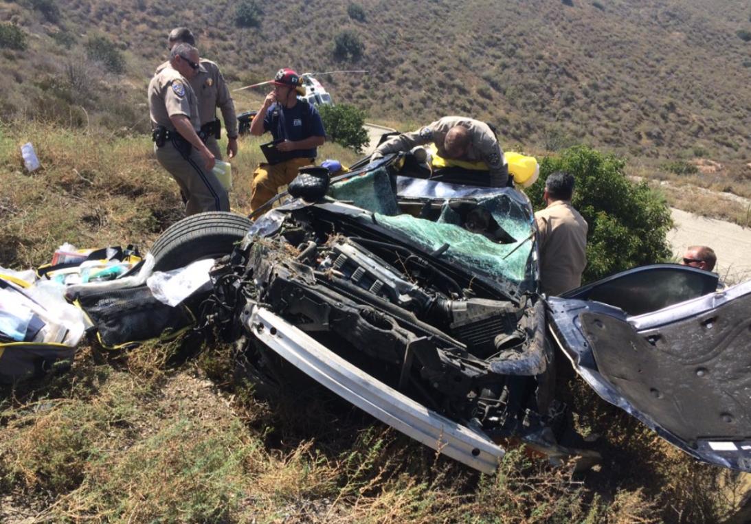 El vehículo cayó por una pendiente.