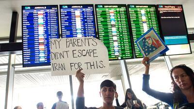 Cientos rechazan la orden ejecutiva que prohíbe la entrada de inmigrantes de siete países con mayoría musulmana a Estados Unidos