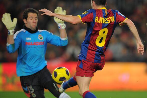 Otra buena jugada que se fue cerca, Iniesta encaró al portero pero la ra...
