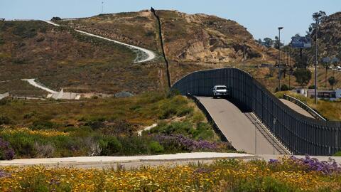 Cruzar la frontera por esta área de San Diego es tan peligroso que ni si...