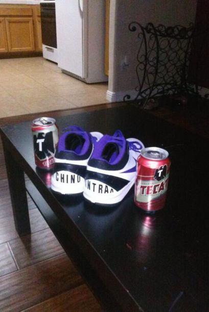 Muestra una imagen de cervezas y unos tennis personalizados. (Imagen tom...