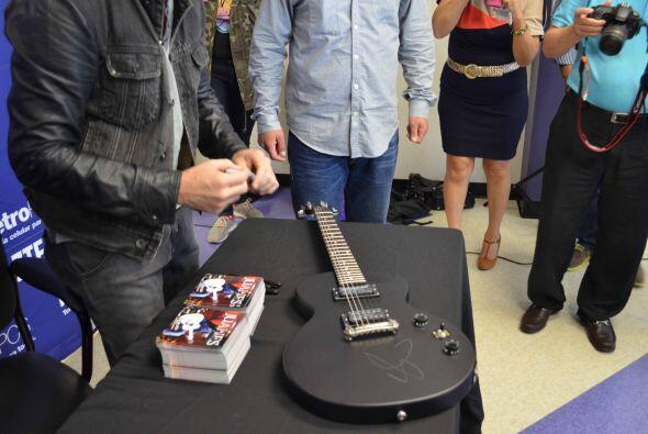 Así fue la firma de autógrafos de Juanes en el Metro PCS e...