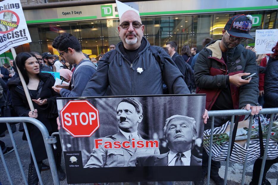 No faltó la comparación del magnate con el dictador alemán Adolfo Hitler.