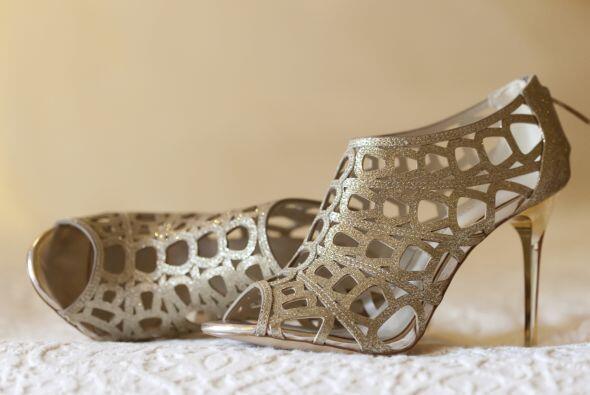 También puedes optar por zapatos metálicos, sobre todo si toda la boda e...