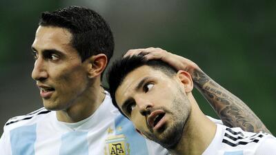 El jugador de Argentina, Sergio Agüero, derecha, festeja con su compañer...
