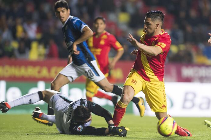 Volpi sale oportunamente ante la peligrosa llegada de Diego Valdés y evi...