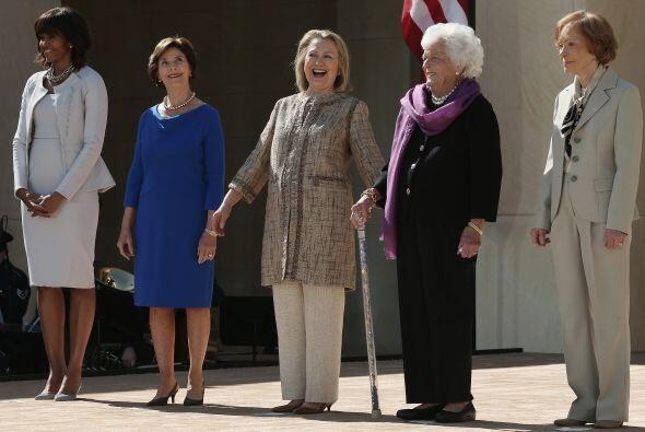 También asisten a la ceremonia la primera dama de EE.UU., Michelle Obama...