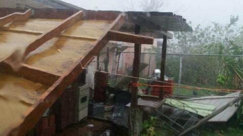 El techo de esta casa en Cayey, Puerto Rico, sufrió daños...