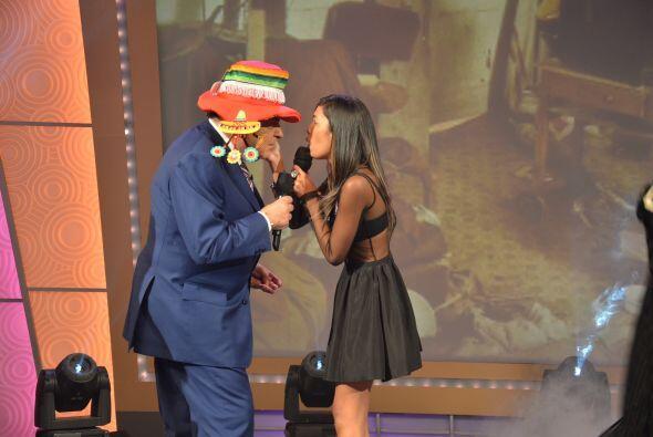 A don Francisco las mujeres guapas lo miman, besan y abrazan, ¡qué envidia!