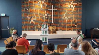 Una iglesia lleva celebrando un servicio religioso sin parar por más de un mes para evitar que las autoridades entren y deporten a una familia