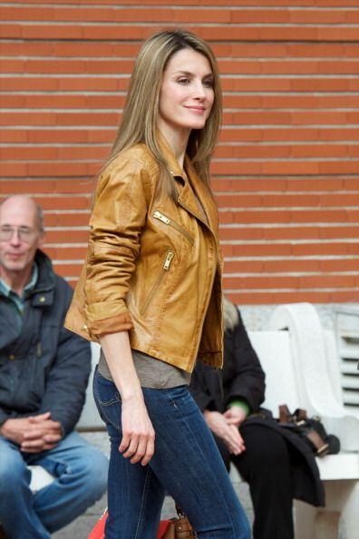 ¿Qué tal se ve Letizia con una chaqueta imitación piel encima? ¡Sensual...