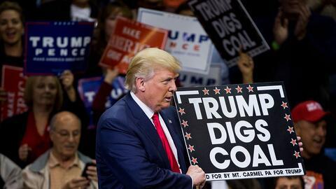 Donald Trump mostró un cartel de apoyo a la industria del carbón en Wilk...