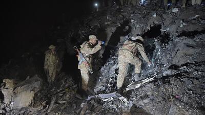 En fotos: se estrella un avión paquistaní con cerca de 50 personas a bordo