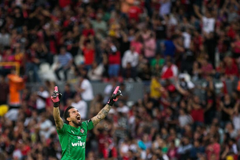 Con chilena de Avilés Hurtado, Xolos sacó el empate ante Atlas Miguel Fr...