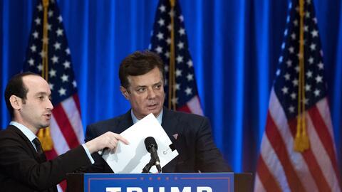El jefe de campaña de Donald Trump revisa todo en el podio antes del ini...