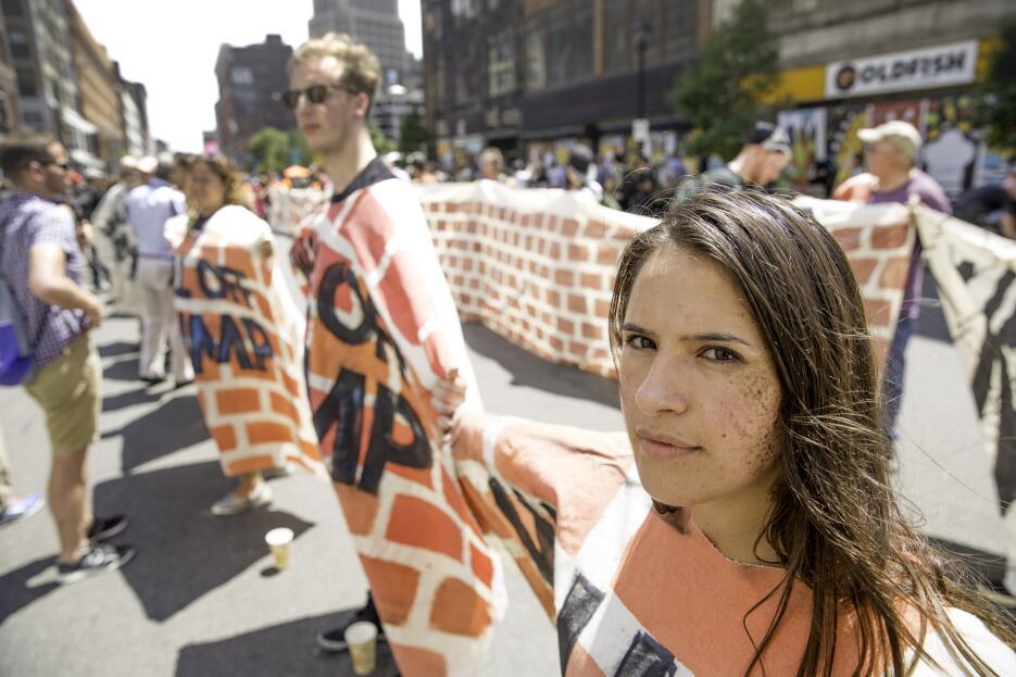 Esta protesta consistió en extender un muro simbólico para criticar a Do...