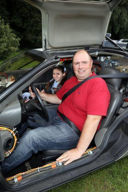 No solo ha remodelado su auto, también su garaje, pues conectó un 'gadge...