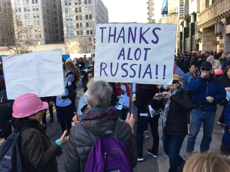 Decenas de miles de personas marcharon en Los Ángeles contra el gobierno...