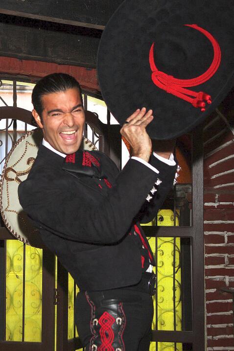 El actor y cantante mexicano es popular ser un hombre muy hot.