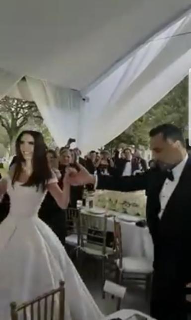 Así fue la entrada al salón de fiestas, donde los recibieron con aplauso...