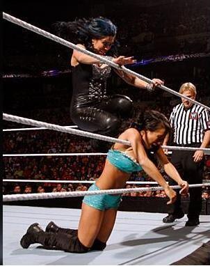 La latina Melina castigó a Gail Kim y casi le corta el cuello con una cu...