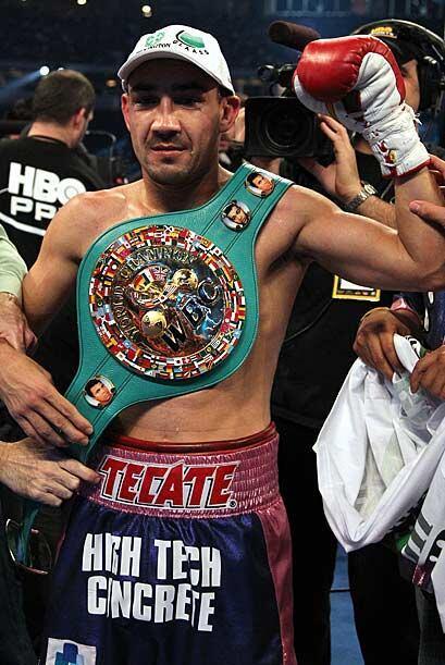 Soto se unió a Julio César Chávez y Erik Morales como los únicos mexican...