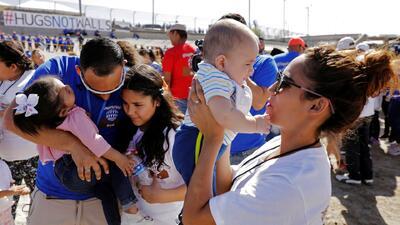 ¿Y si pudieras abrazar por tres minutos a tu mamá en la frontera?: así se juntaron cientos de familias