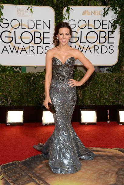 Kate Beckinsale en los Globos de Oro lució preciosa en un vestido plata...