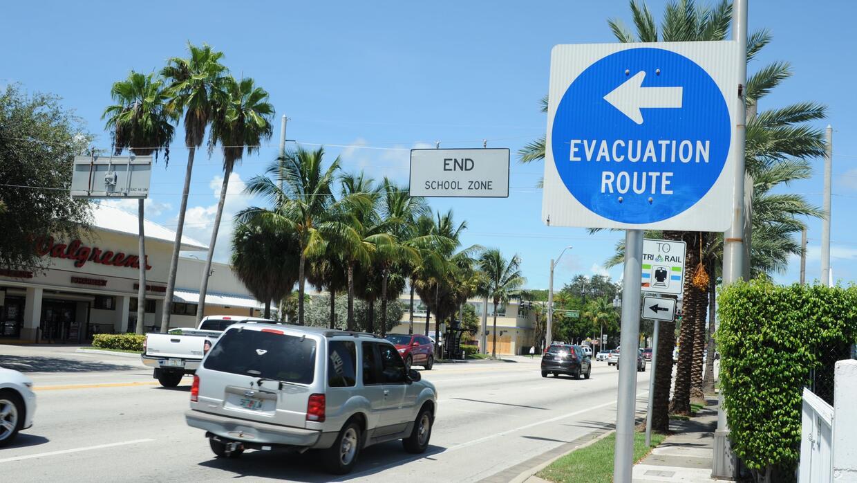Automóviles evacuando la mañana del jueves en Fort Lauderdale, Florida.