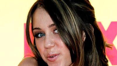 Miley Cyrus se encerró en su cuarto deprimida porque padecía acné.