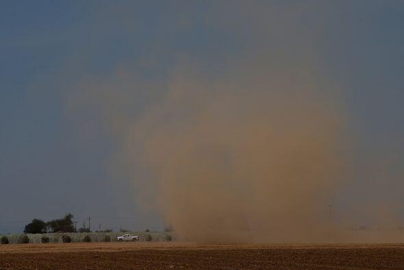 Una nube de polvo recorre un campo vacío en Madera. Los granjeros dedica...