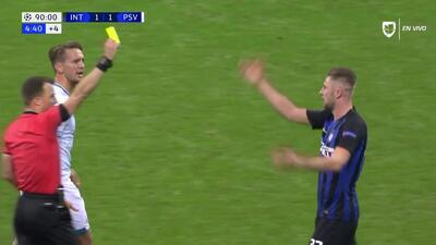 Tarjeta amarilla. El árbitro amonesta a Milan Skriniar de Internazionale