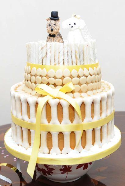 El pastel fue de tres pisos y adornado especialmente para perros.