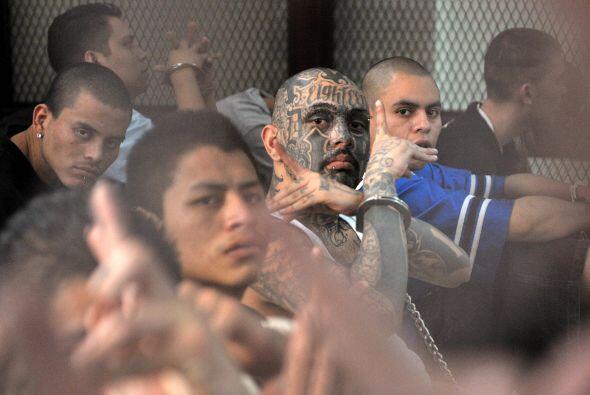Los rostros de los pandilleros se mostraban serios y sin ningún miedo a...