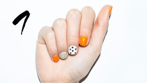 Aplica dos capas de esmalte neón en las uñas del dedo pulg...