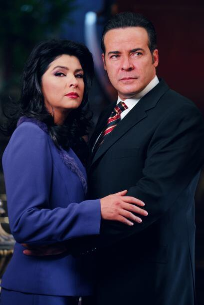 Está comprometido con Ana Rosa cuando María regresa y lo obliga a volver...