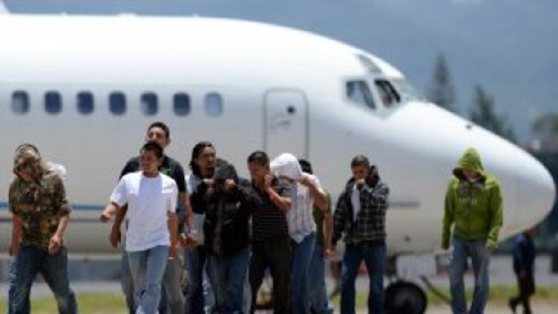 Inmigrantes indocumentados deportados de Estados Unidos arriban al Aerop...