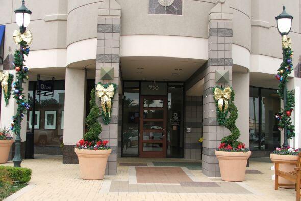 Las fachadas de tiendas y edificios, ahora lucen elegantes y alegres.