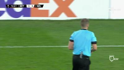 Tarjeta amarilla. El árbitro amonesta a Ricardo Rodríguez de Milan