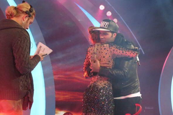 Jen y Paloma se dan un abrazo.