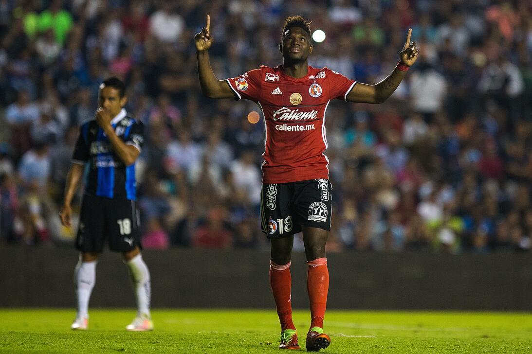 Los Xolos liquidaron a los Gallos en el Estadio Corregidora Avilés Hurta...