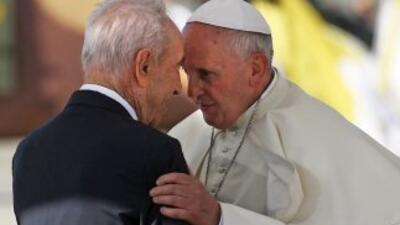 El presidente israelí, Shimon Peres, durante la ceremonia de bienvenida...
