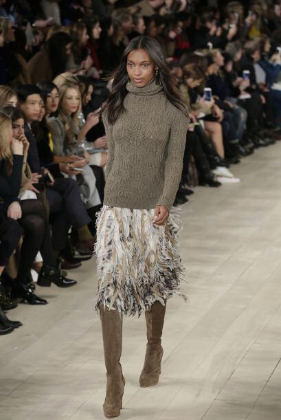 La combinación de un suéter de cuello alto con está falda de flecos es u...
